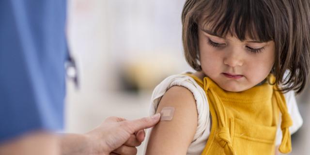 Contro il morbillo nei bambini vaccinazioni anche agli adulti