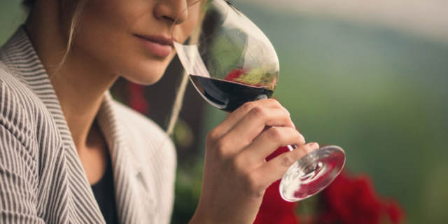 Alcol nelle donne: una bottiglia di vino fa male come 10 sigarette