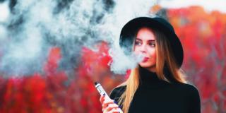 Sigaretta elettronica: attenzione alla dipendenza da aromi dolci negli adolescenti