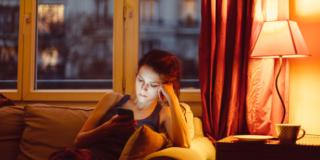 Niente smartphone di sera per regolarizzare il sonno