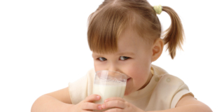 Obesità infantile: dopo i 2 anni il latte intero dimezza i rischi