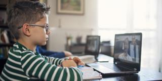 Scuola a distanza aumenta il rischio di occhio secco