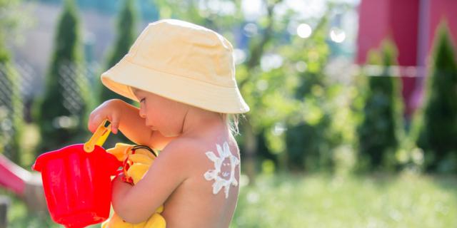 Eritema solare: come evitare i pericoli per i più piccoli
