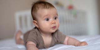 Quando il bebè riesce a tenere dritta la testa?