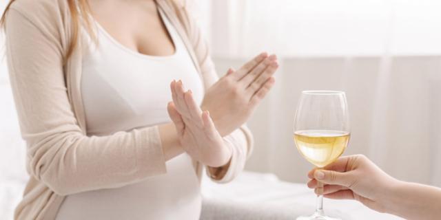 No all'alcol in gravidanza,: i danni al feto durano a lungo