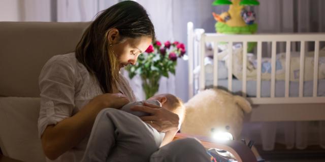 Poppata notturna del bebè, come fare per toglierla e quando