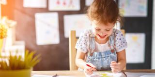 I disegni dei bambini si trasformano in piatti e tazze