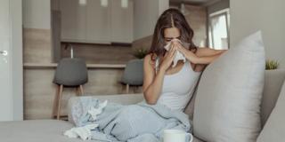 Covid-19, un italiano su tre teme di non saperlo distinguere dall'influenza