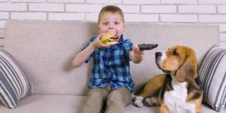 Meno spot di cibi spazzatura = meno obesità infantile