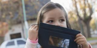 La balbuzie con la mascherina può peggiorare: come aiutare i bambini