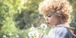 Prevenire le allergie ai pollini: ecco come aiutare i bambini