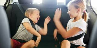 Viaggiare con i bambini, ecco come organizzarsi tra seggiolini, giochi e cibi adatti