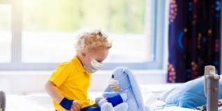 Le mascherine ai bambini non fanno male neppure sotto i due anni d'età