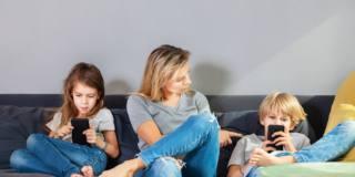 Cellulari causa di infiniti conflitti fra genitori e figli