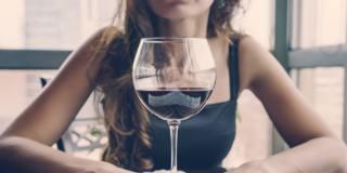 Le donne in età fertile dovrebbero smettere di bere alcolici. Lo dice anche l'Oms
